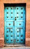 Μπλε μεξικάνικες μπροστινές πόρτες με τη λαβή πορτών χαλκού στοκ εικόνες με δικαίωμα ελεύθερης χρήσης