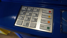 Μπλε μηχανή χρώματος ATM και άσπρο αριθμητικό πληκτρολόγιο κουμπιών Στοκ φωτογραφία με δικαίωμα ελεύθερης χρήσης