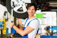 μπλε μηχανικές γενικές εργαζόμενες νεολαίες αυτοκινήτων Στοκ φωτογραφία με δικαίωμα ελεύθερης χρήσης