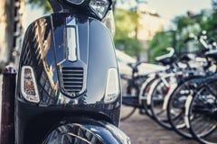 Μπλε μηχανικό δίκυκλο στην οδό πόλεων Στοκ φωτογραφίες με δικαίωμα ελεύθερης χρήσης
