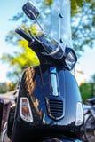 Μπλε μηχανικό δίκυκλο στην οδό πόλεων Στοκ Εικόνα