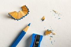 Μπλε μολύβι, sharpener και ξέσματα Στοκ Εικόνα