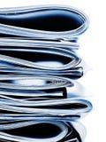 Μπλε μονοχρωματικός σωρός επιχειρήσεων, των νομικών ή ασφαλιστικών εγγράφων Στοκ Φωτογραφία