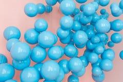 Μπλε μπαλόνια, μπλε φυσαλίδες στο ρόδινο υπόβαθρο Σύγχρονα punchy χρώματα κρητιδογραφιών Έννοια φαντασίας ονείρου Στοκ Εικόνες