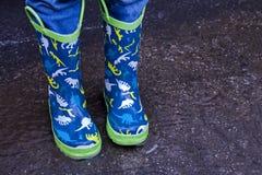 Μπλε μπότες βροχής στη λακκούβα του νερού στοκ φωτογραφία με δικαίωμα ελεύθερης χρήσης