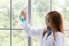 Μπλε μυαλό πνευμάτων μορίων Sciene Επιστημονικό μπλε ουσιών μέσα τον Στοκ φωτογραφίες με δικαίωμα ελεύθερης χρήσης