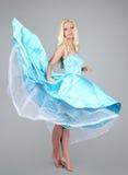 μπλε νεολαίες γυναικών φορεμάτων προκλητικές φορώντας Στοκ Φωτογραφία