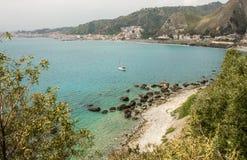 Μπλε νερά της μεσογειακής παραλίας στην ακτή Taormina Στοκ φωτογραφία με δικαίωμα ελεύθερης χρήσης