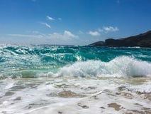 Μπλε νερό και κύματα στην τροπική παραλία Στοκ Εικόνες