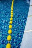Μπλε νερό λιμνών και κίτρινος κολυμπώντας δείκτης παρόδων στην πισίνα στοκ φωτογραφίες