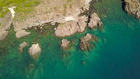 Μπλε νερό στη λιμνοθάλασσα θάλασσας και δύσκολος απότομος βράχος στο εναέριο τοπίο ακτών από τον πετώντας κηφήνα Εναέριοι πυροβολ απόθεμα βίντεο
