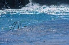 μπλε νερό του ωκεανού και του κιγκλιδώματος Στοκ Φωτογραφία