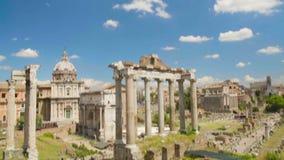 Μπλε νεφελώδης ουρανός επάνω από τις καταστροφές του ρωμαϊκού μουσείου φόρουμ στην Ιταλία, διάσημο ορόσημο φιλμ μικρού μήκους