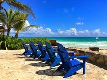 Μπλε ξύλινες καρέκλες παραλιών στην κενή παραλία, Μεξικό Στοκ εικόνες με δικαίωμα ελεύθερης χρήσης