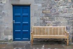Μπλε ξύλινη πόρτα με την πρόσοψη και τον ξύλινο πάγκο Στοκ φωτογραφία με δικαίωμα ελεύθερης χρήσης