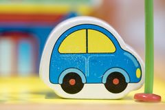 Μπλε ξύλινο παιχνίδι αυτοκινήτων - καθορισμένα εκπαιδευτικά παιχνίδια παιχνιδιού για τον παιδικό σταθμό μέσα Στοκ Εικόνες