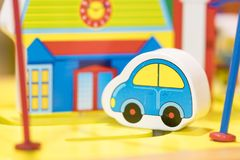 Μπλε ξύλινο παιχνίδι αυτοκινήτων και σπιτιών - καθορισμένα εκπαιδευτικά παιχνίδια παιχνιδιού Στοκ Εικόνες