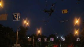 Μπλε οδικά σημάδια στην οδό πόλεων νύχτας, συμμόρφωση κανόνων κυκλοφορίας, αστική περιοχή απόθεμα βίντεο