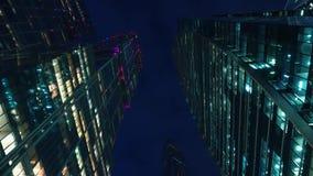 μπλε οικονομικοί ουρανοξύστες περιοχής χρωμάτων σύγχρονο γραφείο κτηρίων ουρανοξύστες βράδυ Κατώτατη όψη απόθεμα βίντεο