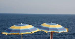 μπλε ομπρέλες παραλιών κί&tau Στοκ εικόνα με δικαίωμα ελεύθερης χρήσης