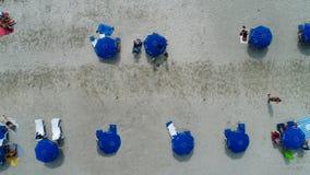 μπλε ομπρέλες παραλιών Στοκ Φωτογραφία