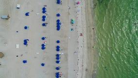 μπλε ομπρέλες παραλιών Στοκ Εικόνα