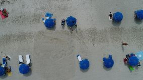 μπλε ομπρέλες παραλιών Στοκ εικόνες με δικαίωμα ελεύθερης χρήσης