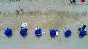 μπλε ομπρέλες παραλιών Στοκ Φωτογραφίες