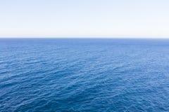 Μπλε ορίζοντας θάλασσας και ημέρας, κενός κανένας στοκ φωτογραφίες