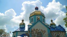 Μπλε Ορθόδοξη Εκκλησία στο υπόβαθρο των όμορφων σύννεφων απόθεμα βίντεο