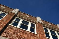 Μπλε ουρανοί για ένα αποκατεστημένο κτήριο στοκ φωτογραφίες
