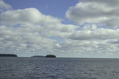 Μπλε ουρανοί με μερικά σύννεφα στοκ φωτογραφία με δικαίωμα ελεύθερης χρήσης