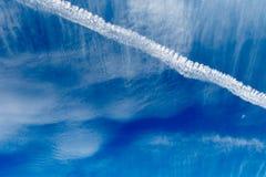Μπλε ουρανοί με τα σύννεφα και το αεριωθούμενο ίχνος Στοκ εικόνες με δικαίωμα ελεύθερης χρήσης