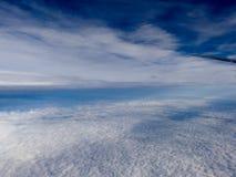 Μπλε ουρανού άσπρο υπόβαθρο ατμόσφαιρας άποψης σύννεφων εναέριο Στοκ φωτογραφίες με δικαίωμα ελεύθερης χρήσης