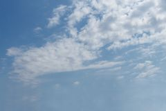 Μπλε ουρανός, άσπρα σύννεφα, αέρας στοκ φωτογραφία