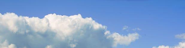Μπλε ουρανός εμβλημάτων και άσπρα σύννεφα Στοκ Φωτογραφία