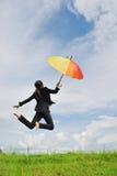 μπλε ουρανός επιχειρησιακού άλματος στη γυναίκα ομπρελών Στοκ φωτογραφία με δικαίωμα ελεύθερης χρήσης