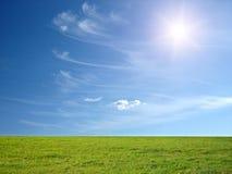 μπλε ουρανός ηλιόλουστ&o Στοκ Φωτογραφίες