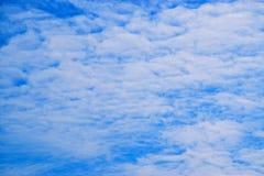 Μπλε ουρανός και άσπρα σύννεφα 171101 0007 Στοκ Εικόνες