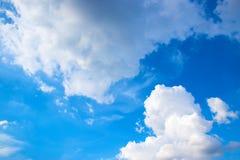 Μπλε ουρανός και άσπρα σύννεφα 171110 0017 Στοκ Φωτογραφίες