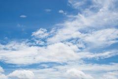 Μπλε ουρανός και άσπρο σύννεφο Στοκ Φωτογραφίες