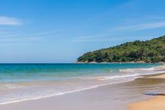 Μπλε ουρανός και ήρεμη θάλασσα στην παραλία Naithon Noi σε Phuket Ταϊλάνδη Στοκ φωτογραφίες με δικαίωμα ελεύθερης χρήσης
