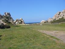 Μπλε ουρανός και καταπληκτική θάλασσα, βράχοι γρανίτη με τη μεσογειακή βλάστηση, κοιλάδα φεγγαριών, Valle della Luna, Capo Testa, Στοκ Φωτογραφία