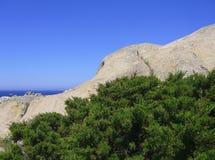 Μπλε ουρανός και καταπληκτική θάλασσα, βράχοι γρανίτη με τη μεσογειακή βλάστηση, κοιλάδα φεγγαριών, Valle della Luna, Capo Testa, Στοκ Εικόνες