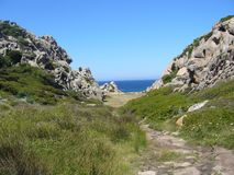 Μπλε ουρανός και καταπληκτική θάλασσα, βράχοι γρανίτη με τη μεσογειακή βλάστηση, κοιλάδα φεγγαριών, Valle della Luna, Capo Testa, Στοκ φωτογραφία με δικαίωμα ελεύθερης χρήσης