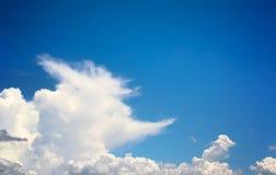 Μπλε ουρανός και λευκό σύννεφων Στοκ εικόνες με δικαίωμα ελεύθερης χρήσης