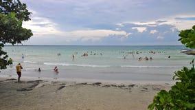 Μπλε ουρανός και σύννεφα πέρα από μια τροπική παραλία με τα πράσινα δέντρα σε Playa Larga, Κούβα στοκ φωτογραφία με δικαίωμα ελεύθερης χρήσης