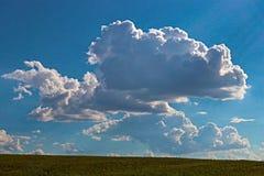 Μπλε ουρανός και σύννεφο με το φωτεινό ήλιο επάνω από το υπόβαθρο φλογών επίγειων αστεριών Στοκ Εικόνες