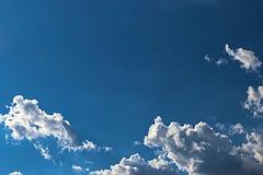 Μπλε ουρανός και σύννεφο με το φωτεινό υπόβαθρο φλογών αστεριών ήλιων Στοκ φωτογραφία με δικαίωμα ελεύθερης χρήσης
