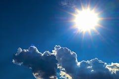 Μπλε ουρανός και σύννεφο με το φωτεινό υπόβαθρο φλογών αστεριών ήλιων Στοκ Εικόνες